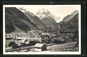 AK Linthal, Totalansicht mit Eisenbahnzug, Häuser, Kirche, Gebirge