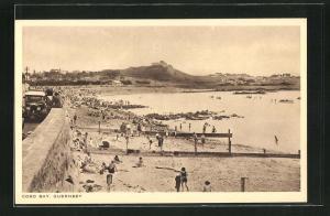 AK Guernsey, Cobo Bay mit Badegästen