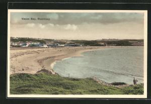 AK Guernsey, Vazon Bay, Panoramablick mit Strand