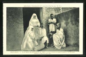 AK Haute-Volta, A la Porte du Dispensaire de Toma, la Soeur infirmiere se dispose a extraire un ver de Guinee