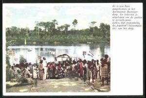 AK Suriname, er is een boot aangekomen in het Bosnegerdorp