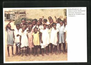 AK Suriname, Schoolkinderen uit Ganzee in het Surinaamse oerwoud begroeten zingend de Granleriman
