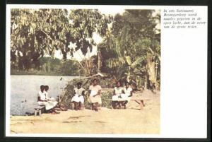 AK Suriname, in een Suriaams Bosnegerdorp wordt naailes gegeven in de open lucht, aan de oever van de grote rivier
