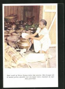 AK Suriname, Sago wordt op Nieuw Guinea iedere dag gegeten, Men bewaart die in aarden potten