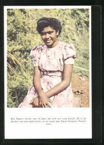AK Suriname, een Papoes meisje van 18 jaar, dat zich met zorg kleedt