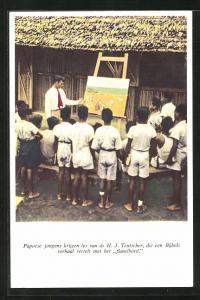 AK Suriname, Papoese jongens krijgen les van ds H. J. Teutscher, die een Bijbels verhaal vertelt met het Flanelbord