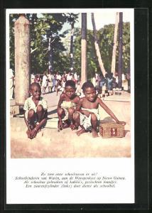AK Suriname, Zo zien onze schooltassen er uit, Schoolkinderen van Waren, aan de Waropenkust op Nieuw Guinea