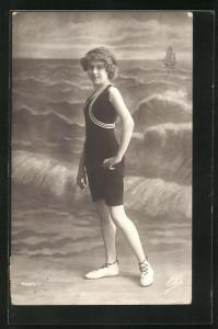 AK Frau posiert im Badeanzug für ein Foto am Strand