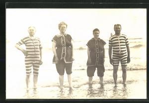 AK Männer und Frauen in modischer Badekleidung am Strand