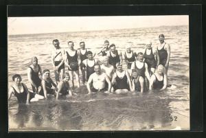 AK Badende sitzen im Wasser, Gruppenbild, Bademode