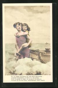 AK Sur la vague qui danse on voit..., junge Dame und Mädchen in Badeanzügen, Studiokulisse