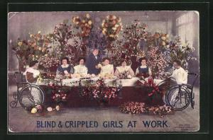 AK Blinde Frauen in Rollstühlen beim Binden von bunten Blumen, Blind & Crippled girls at work