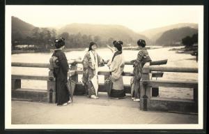 Foto-AK vier Japanerinnen auf Brücke, Geishas, Kimono