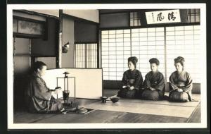 Foto-AK vier Japanerinnen bei Zeremonie, Geishas, Tee
