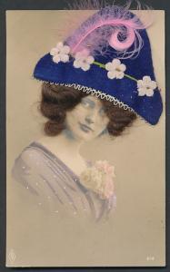 Echt-Haar-AK Dame mit brünettem Haar und Stoffhut