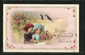 Präge-AK Kinder mit Blumen und Vögeln auf einer Mauer, Geburtstagsglückwunsch