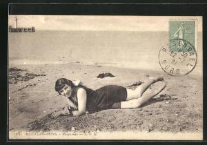 AK Malo-les-Bains, Baigneuse, lachendes Fräulein in Bademode im Sand liegend