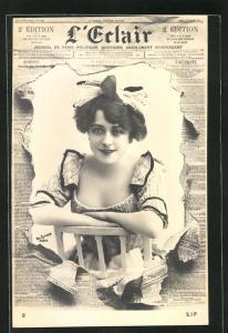 Foto-AK Atelier Reutlinger, Paris: Zeitung L'Erlair, lächelndes Fräuelin im Portrait