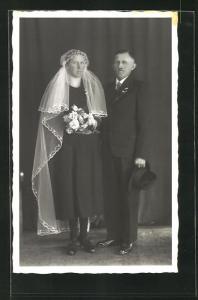 AK hübsches Brautpaar in elegnater Hochzeitsmode