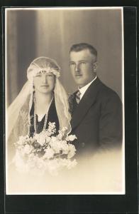 AK Brautpaar in eleganter Hochzeitsmode mit Blumenstrauss und Schleier