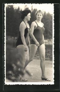 Foto-AK Zwei Frauen in Bademode an einem See