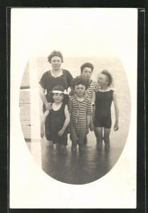 Foto-AK Frau mit ihren Kindern in Bademode