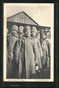 AK Russische Kriegsgefangene mit Fellmützen, Der Krieg im Osten