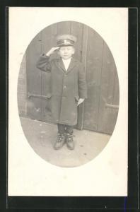 AK Kleiner Junge im Mantel mit militärischem Gruss, Kinder Kriegspropaganda