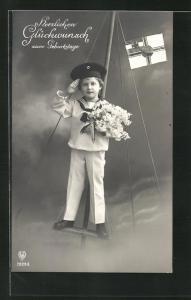 AK Junger Matrose mit Blumenstrauss zeigt militärische Gruss, Kinder Kriegspropaganda