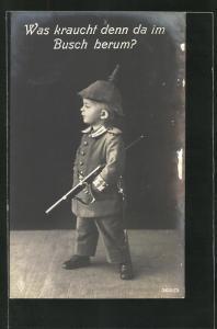 AK Junge in Uniform mit Pickelhaube und Gewehr, Kinder Kriegspropaganda, Was kraucht denn da im Busch herum?