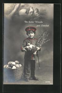AK Junger in Uniform mit Ostereiern im Körbchen, Kinder Kriegspropaganda