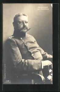 AK Generaloberst Paul von Hindenburg in Uniform auf einem Stuhl
