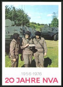 AK 20 Jahre NVA 1956-1976, Mannschaft eines Panzerwagens bei der Einsatzbesprechung