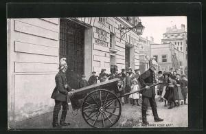 AK London, Fire Station and Hand Hose Cart, Feuerwehrmänner mit Spritzenwagen