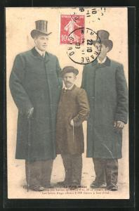 AK Vater mit seinen zwei riesigen Söhnen