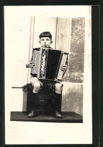 AK Knabe spielt Akkordeon