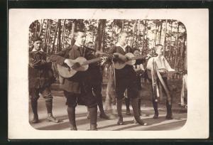 AK Pfadfinder musizieren am Waldrand