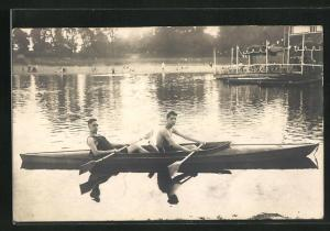 Foto-AK Zwei junge Männer im Ruderboot