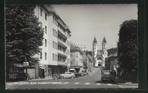 AK Amstetten, Bahnhofstrasse mit Blick auf Kirche und Häuserfassaden