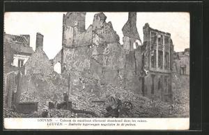 AK Louvain / Leuven, Caisson de munitions allemand abandonné dans les ruines, Duitsche legerwagen nagelaten in de puinen