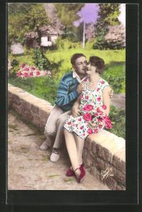 AK junger Mann küsst die Wange seiner Geliebten, Liebespaar