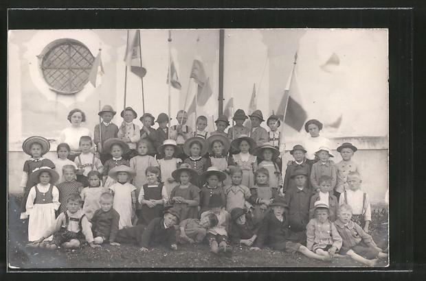 Foto-AK Bayerische Kinder posieren mit Fahnen 0