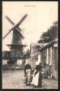 AK Sluis, Molen, Bäuerinnen vor der Windmühle