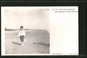AK Il Principe di Piemonte sulla spiaggia di Castel Porziano, Portrait als Bub am Meer