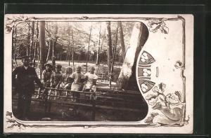Foto-AK Kinder bei einem Waldausflug, Passepartout mit Eichhörnchen
