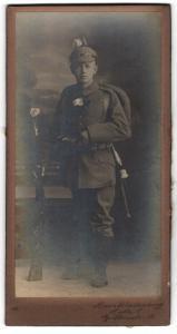 Fotografie Hans Schellenberg, Halle a/S, Portrait feldgrauer Soldat mit Marschgepäck, Ausmarsch