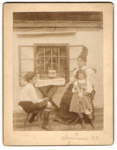 Fotografie Frau mit Goldhaube aus Ober-Österreich und Kinder in Tracht
