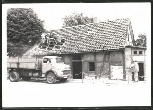 Fotografie Lastwagen Mercedes Benz, LKW Pritsche, Dachdecker bei der Arbeit