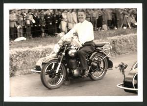 Fotografie Motorrad Triumph TWN mit Seitenwagen, Fahrer mit Motorrad-Gespann bei einer Parade