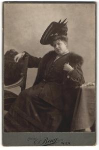 Fotografie Atelier Bring, Wien, Portrait extravagante Dame mit Hut